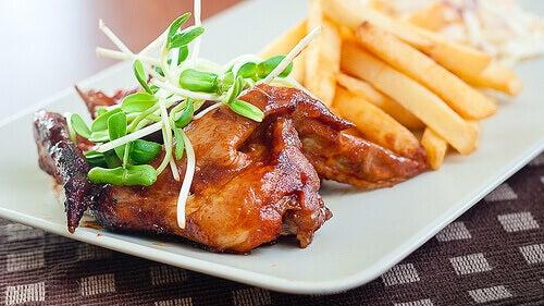 Τηγανιτές πατάτες - Κρέας και τηγανιτές πατάτες σε πιάτο