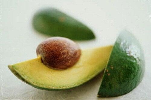 Tα αντιοξειδωτικά συστατικά του αβοκάντο βοηθούν στην πρόληψη της πρόωρης γήρανσης της επιδερμίδας. Επιπλέον, το αβοκάντο ενισχύει την παραγωγή κολλαγόνου και προλαμβάνει τις ρυτίδες.