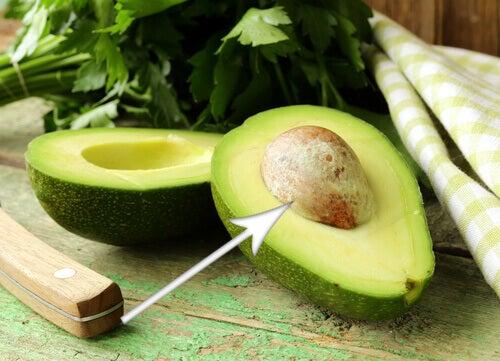 9 λόγοι για να τρώτε το κουκούτσι του αβοκάντο - Αβοκάντο κομμένο στα δύο