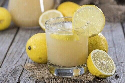 Αντιμετώπιση λιπώδους διήθησης του ήπατος - Χυμός λεμόνι σε ποτήρι και λεμόνια