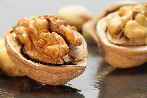 10 τροφές που καίνε το λίπος - καρύδια
