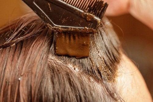 Πώς να καλύψετε τις άσπρες τρίχες - Γυναίκα βάφει τα μαλλιά της με χέννα