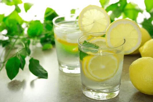 Λεμόνι και τζίντερ - Δύο ποτήρια με λεμονάδα