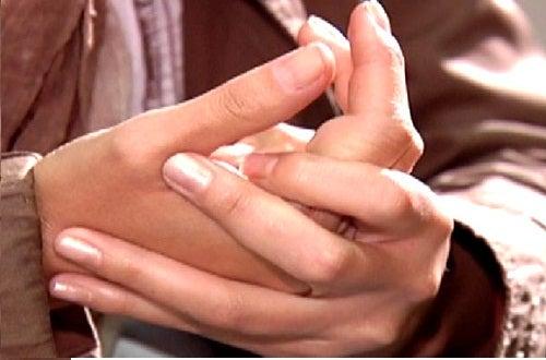 Τα χέρια πρήζονται - Ανδρικά πρησμένα χέρια