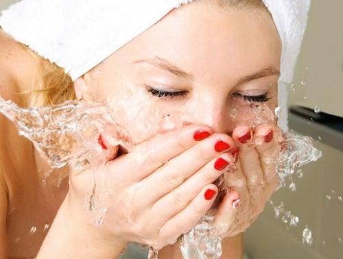 Σωστός καθαρισμός προσώπου πριν τον ύπνο