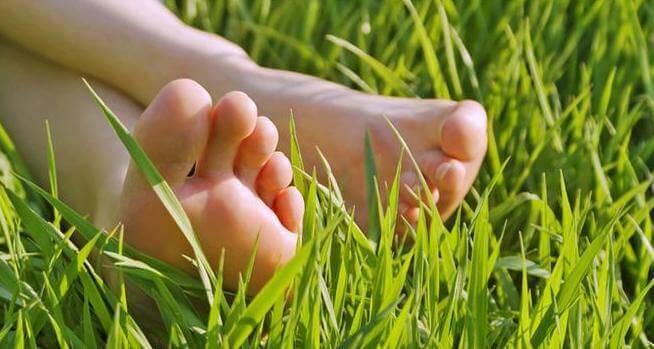 κουρασμένα πόδια στο γρασίδι