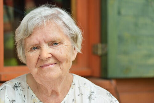 Πώς να καλύψετε τις άσπρες τρίχες - Γυναίκα με γκρίζα μαλλιά