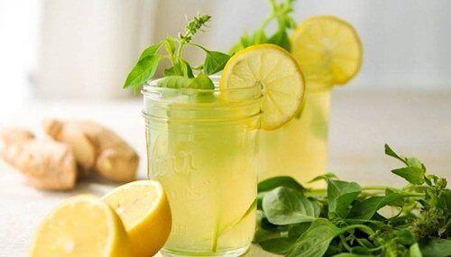 Πώς να χάσετε βάρος το πρωί - Δύο ποτήρια με χυμό λεμόνι και μαϊντανό