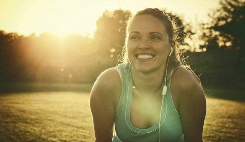 Κόβετε τη ζάχαρη - Γυναίκα χαμογελά