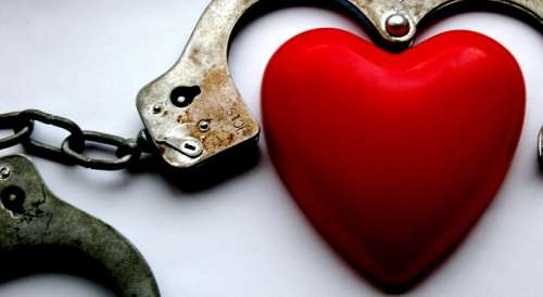 Βρίσκεστε σε μια τοξική σχέση - Καρδιά και χειροπέδες