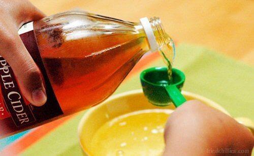 Βότανα που καταπολεμούν την τριχόπτωση - Μηλόξυδο σε μεζούρα