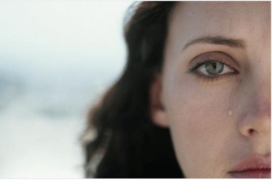 Τι συμβαίνει στον εγκέφαλό μας - Γυναίκα κλαίει