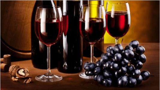 Το κόκκινο κρασί - Μπουκάλι με κόκκινο κρασί και σταφύλια