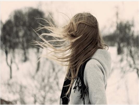 Τι συμβαίνει στον εγκέφαλό μας - Γυναίκα βρίσκεται έξω με αέρα