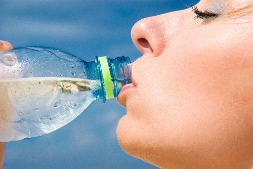 Καταπολέμηση του λίπους - Γυναίκα πίνει νερό