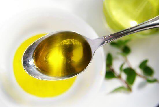 Ελαιόλαδο και λεμόνι - Ελαιόλαδο σε κουτάλι