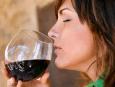 Γυναίκα μυρίζει ένα ποτήρι