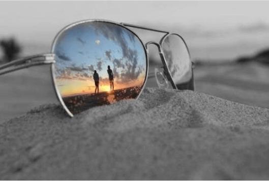 γυαλια ηλιοζ στην αμμο