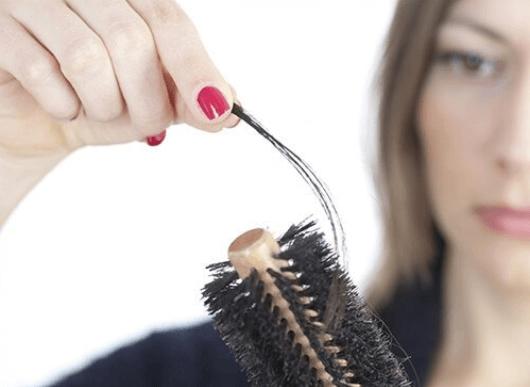 Αποφύγετε την τριχόπτωση με χυμό κρεμμυδιού - Γυναικείες τρίχες σε βούρτσα