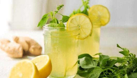 Δύο ποτήρια λεμονάδα