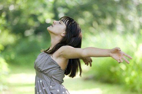 Διανοητική κόπωση - Γυναίκα αναπνέει με ανοιχτά τα χέρια