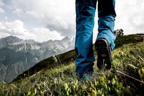 Άνδρας περπατάει σε βουνό