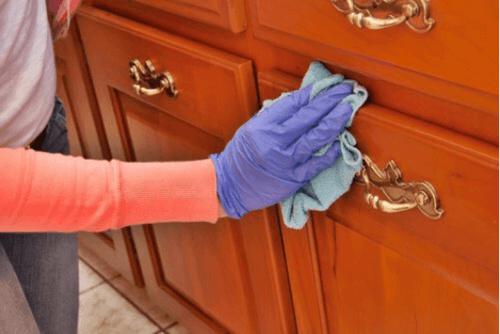 Καθαρίστε και γυαλίστε ξύλινες επιφάνειες φυσικά