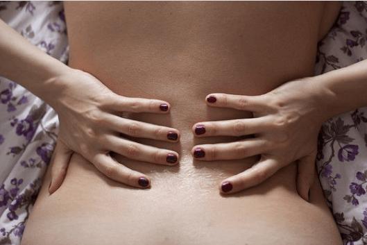 Αισθανόμαστε πόνους στην πλάτη - Γυναίκα πιάνει τη μέση της