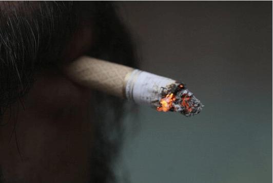Αισθανόμαστε πόνους στην πλάτη - Τσιγάρο