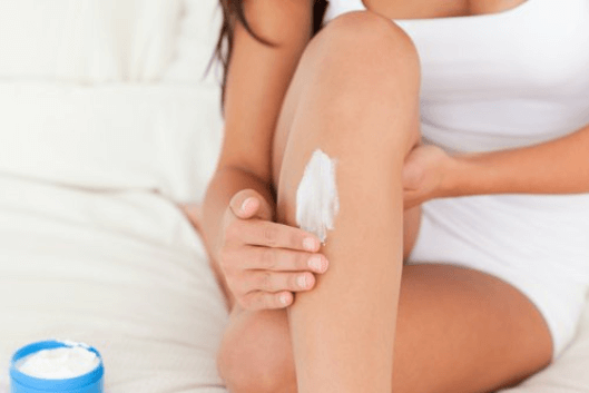 Βλάβες του δέρματος - Γυναίκα κάνει αποτρίχωση