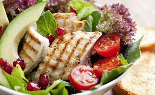 Αποκτήστε λεπτούς μηρούς - Σαλάτα με λαχανικά και κοτόπουλο