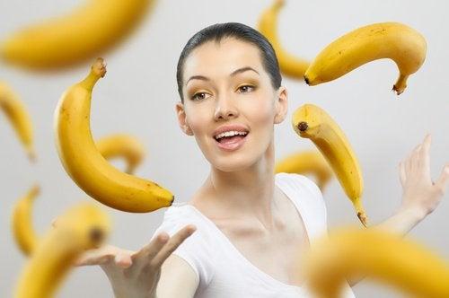 ώριμες μπανάνες και γυναίκα