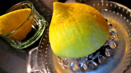 Στύψιμο λεμονιού