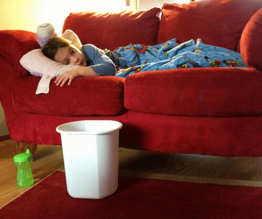 τροφές που εξαλείφουν τη βλέννα- παιδι στον καναπε