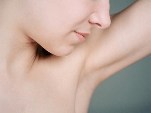 Μάζα στη μασχάλη - Γυναίκα κοιτά τη μασχάλη της