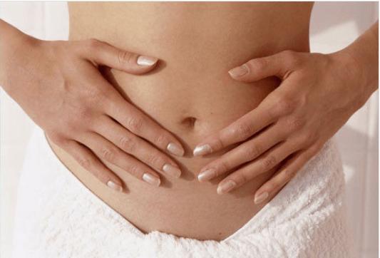 Μη υγιές παχύ έντερο - Γυναίκα πιάνει την κοιλιά της