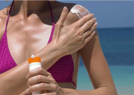 Καρκίνο του δέρματος - Γυναίκα βάζει αντηλιακό στο μπράτσο της