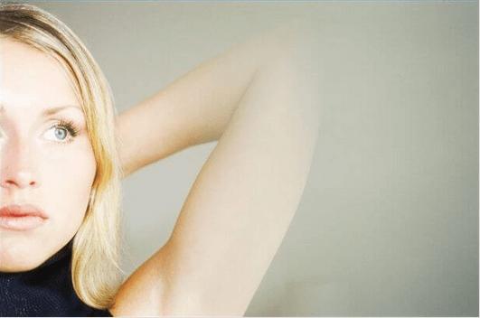 Μάζα στη μασχάλη - Γυναίκα ελέγχει τη μασχάλη της