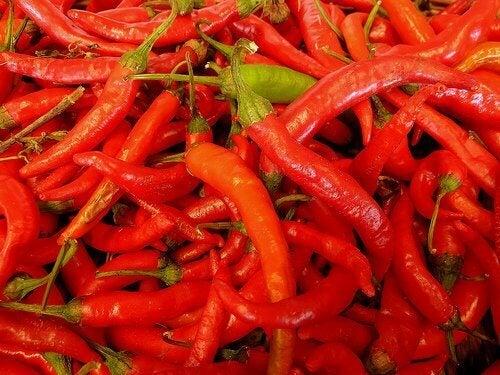 Πιπέρι καγιέν συστατικό στο αποτοξινωτικό ρόφημα για αδυνάτισμα