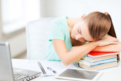 Κοπέλα κοιμάται πάνω σε βιβλία