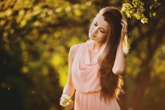 Νερό από λιναρόσπορο - Γυναίκα με μακριά μαλλιά