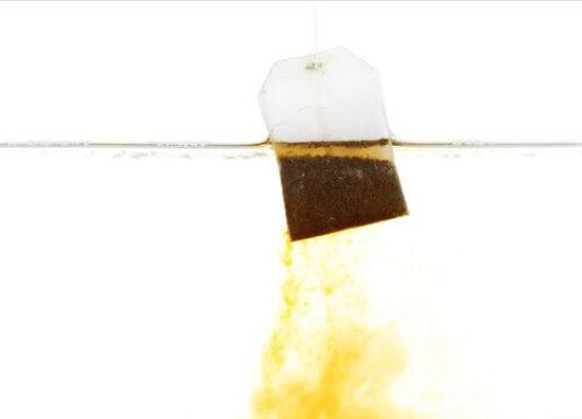 Μην πετάτε τα φακελάκια τσαγιού - Φακελάκι τσαγιού σε νερό