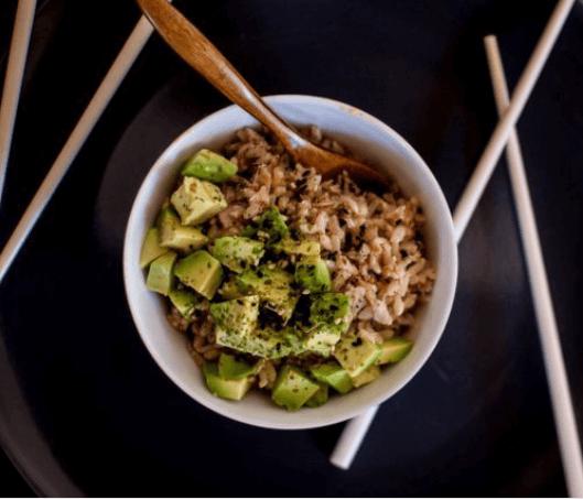 απολαύσετε τα αβοκάντο και καστανο ρυζι