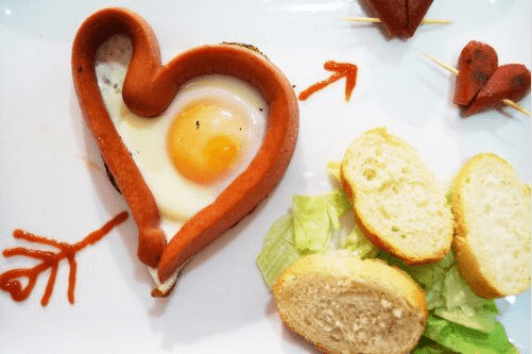 αβγά σε σχήμα καρδιάς με λουκάνικα
