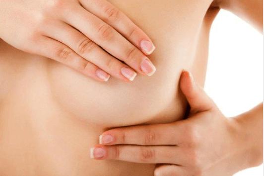 Φαγούρα στο στήθος - Γυναίκα ψηλαφίζει το στήθος της