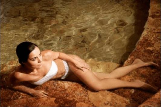Θεραπεία κατά της κυτταρίτιδας - Γυναίκα σε πισίνα