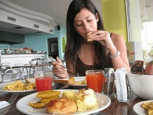 Φροντίστε το στομάχι σας - Γυναίκα τρώει επεξεργασμένο φαγητό