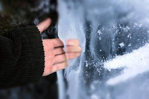 παγοθεραπεία για τόνωση χερι στον παγο