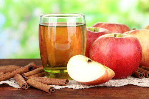 νερό με μήλο και κανέλα, ένα μήλο την ημέρα