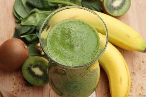 Smoothie με μπανάνα - Ποτήρι με smoothie με μπανάνα, σπανάκι και ακτινίδιο